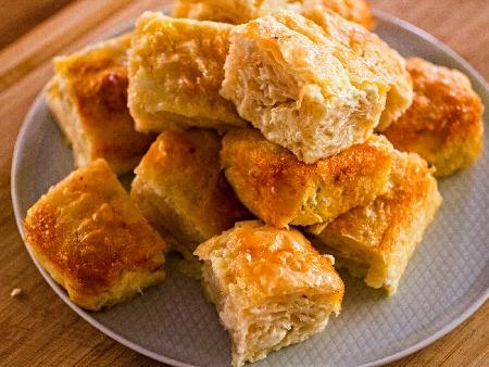 Наложена баница с готови кори, сирене, кисело мялко, яйца и сода - снимка на рецептата